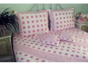 Prehoz na posteľ: Ružové štvorce
