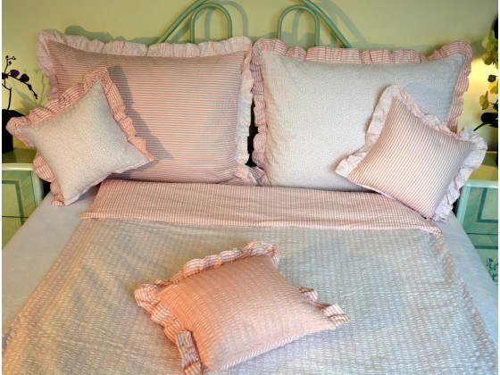 Krepové posteľné obliečky: Lososové kvietky a prúžky svetlé s volánom