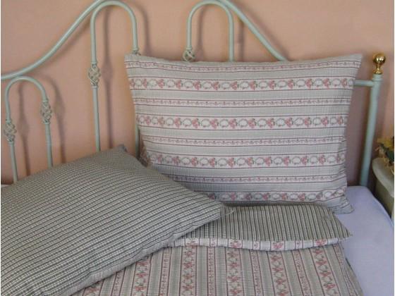 Krepové posteľné obliečky: Ružovo - zelené venčeky