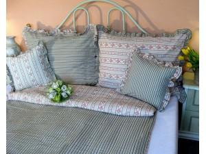 Krepové posteľné obliečky: Ružovo - zelené venčeky s volánom