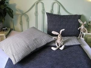 Krepové posteľné obliečky: Tmavomodré kvietky a prúžky