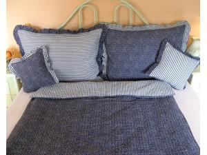 Krepové posteľné obliečky: Tmavomodré kvietky a prúžky s volánom