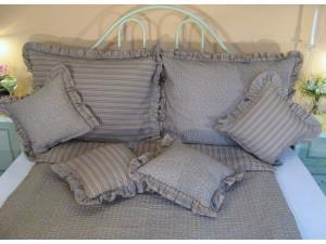 Krepové posteľné obliečky: Azúrovo-kakaové kvietky a prúžky s volánom