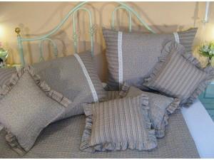 Krepové posteľné obliečky: Azúrovo-kakaové kvietky a prúžky s čipkou