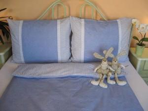 Bavlnené posteľné obliečky: Svetlomodré kvietky a prúžky s čipkou