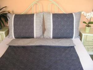 Bavlnené posteľné obliečky: Tmavomodré kvietky a prúžky s čipkou